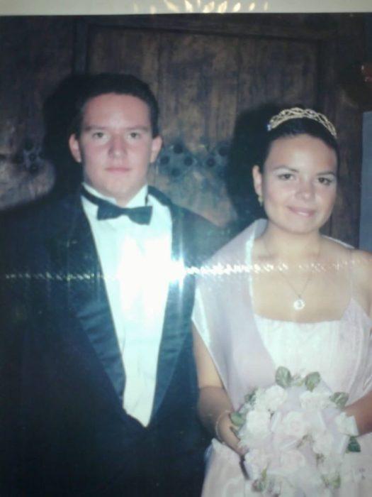Pareja de recien casados frente al altar
