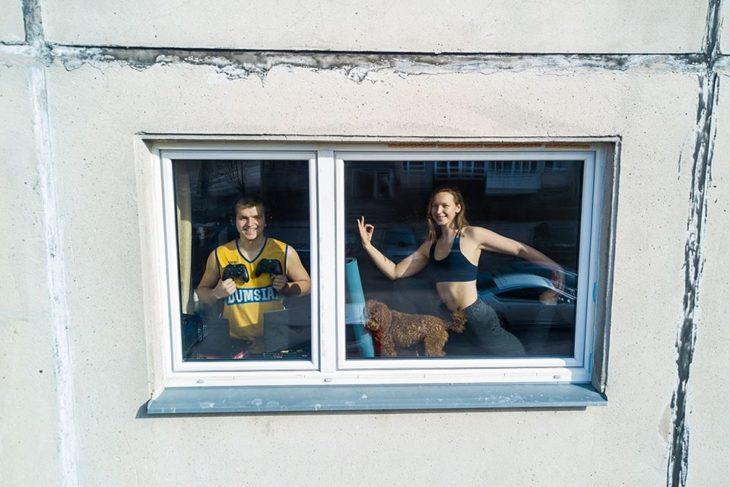 pareja practicando sus hobbies dentro de casa