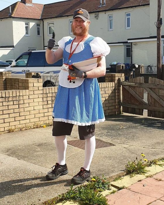 Jon, cartero disfrazado como doroty, para entregar el correo