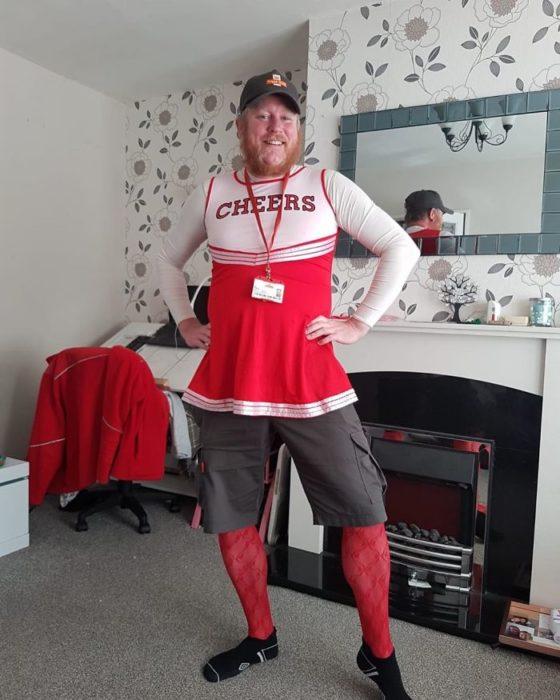 Jon, cartero que se disfraza de diferentes maneras para alegrar a sus clientes del vecindario