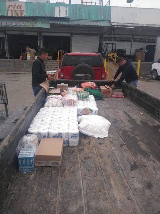 Hombres subiendo a una camioneta insumos y vegetales para formar despensas