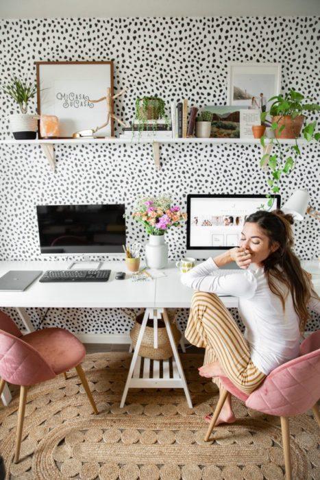 Chica con ropa cómoda realizando home office