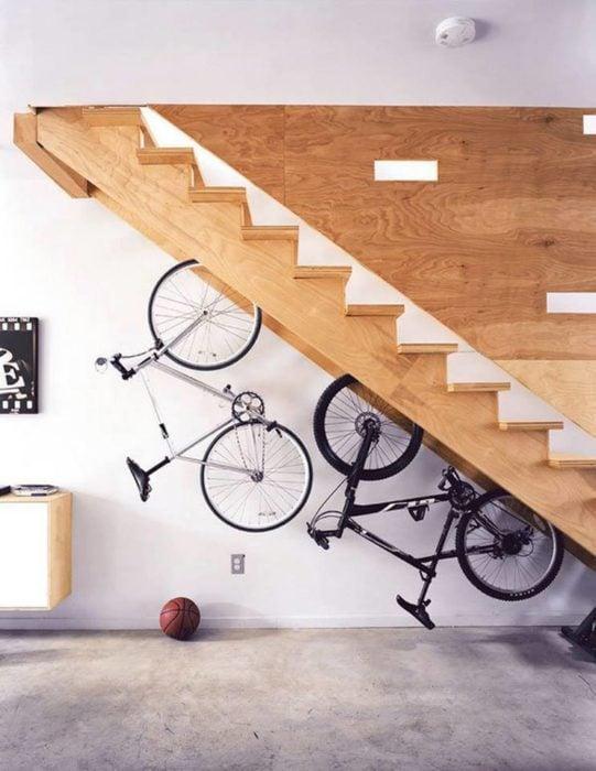 Bicicletas acomodadas debajo de la escalera