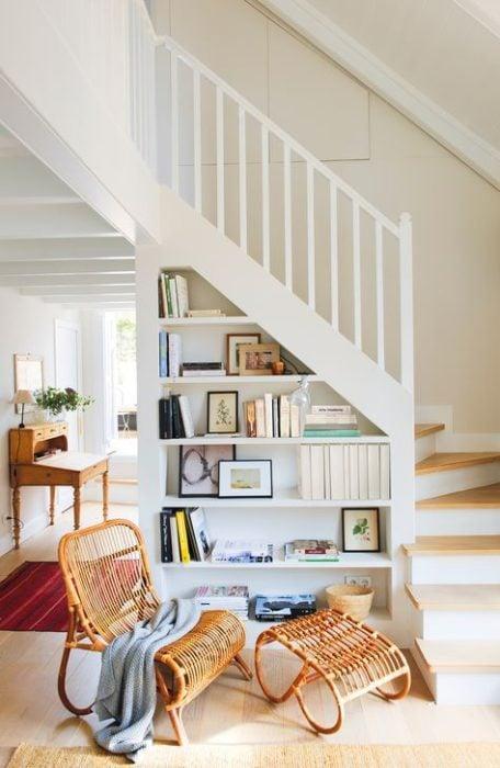 Librero hecho en el espacio debajo de una escalera
