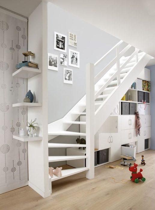 Espacio con cajones debajo de una escalera