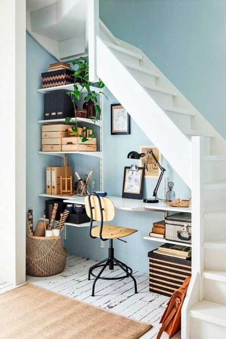 Escritorio debajo de escalera