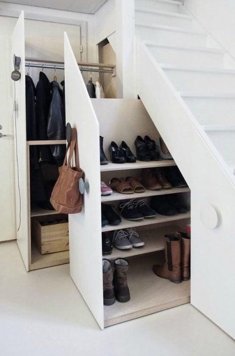 Cajones para zapatos debajo de la escalera