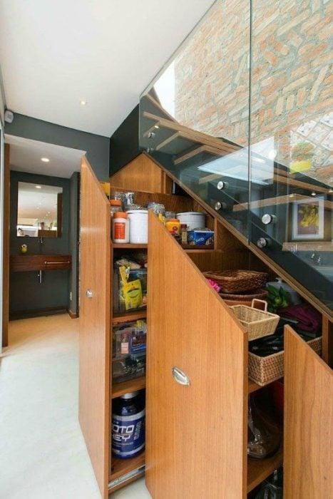 Cajones acondicionados en el espacio debajo de la escalera
