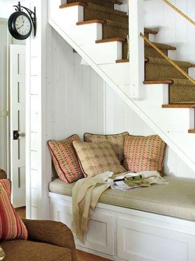 Espacio debajo de escalera para leer