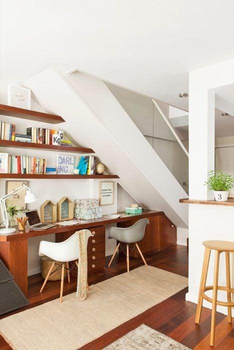 Espacio de trabajo acondicionado debajo de una escalera