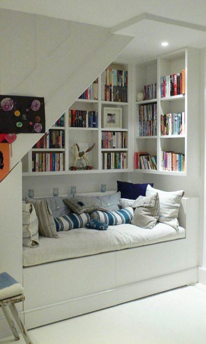 Rincón para lectura acondicionado debajo de una escalera