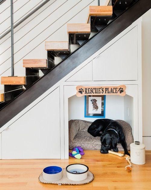 casa de perrito debajo de escalera