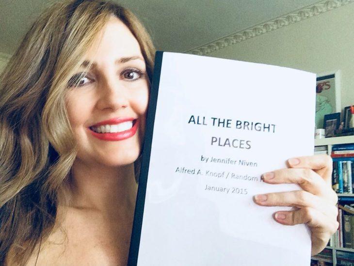 Jennifer Niven con el guión de la película de Violet y Finch
