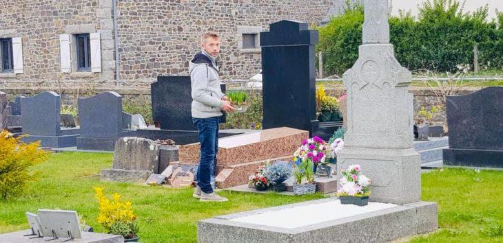 Chico que cerró su tienda de flores decorando las tumbas del cementerio