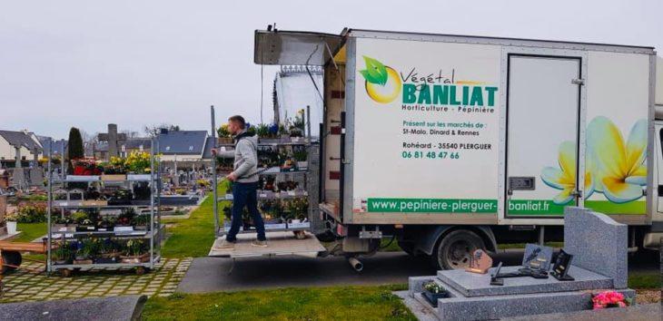 Chico que cerró su tienda de flores, descargando flores en el cementerio