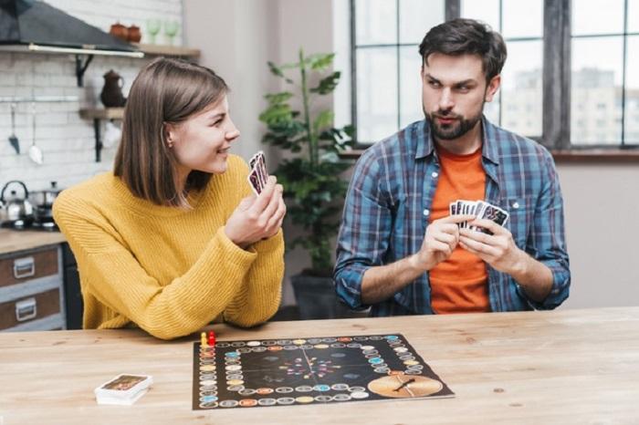 Pareja jugando juegos de mesa