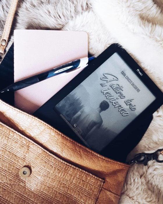 Kindle dentro de la bolsa de mano