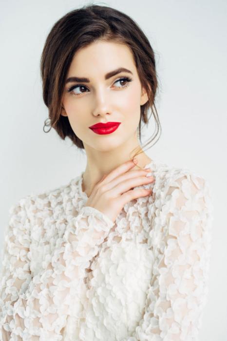 Maquillaje de novia con labial rojo