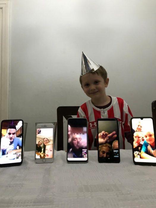 León con gorrito de cumpleaños, realizando videollamadas para festejar