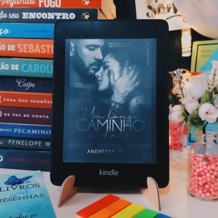 Dispositivo digital con portada de libro en pantalla