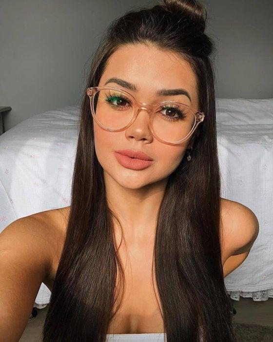 Chica con lentes para vista cansada