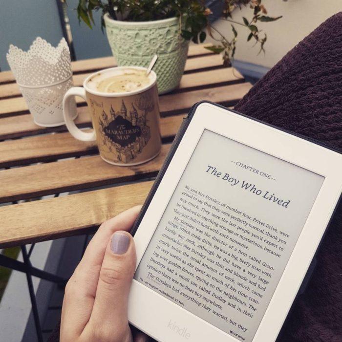 Mujer leyendo en kindle al aire libre