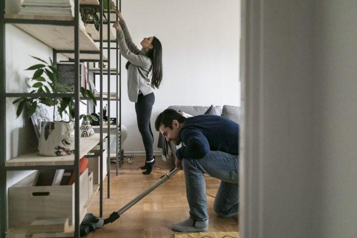 Pareja limpiando su casa