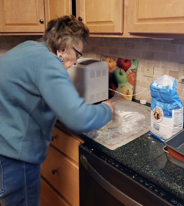 Lucy preparando masa para amasar