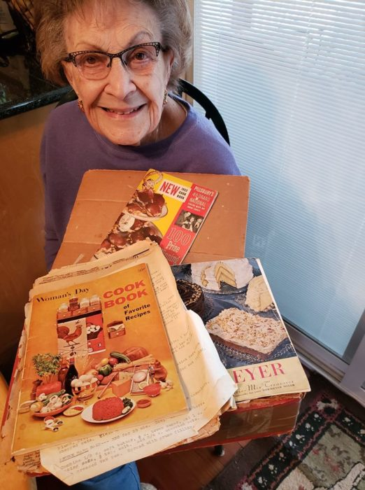 Lucy y sus libros y recetas de cocina de 1920