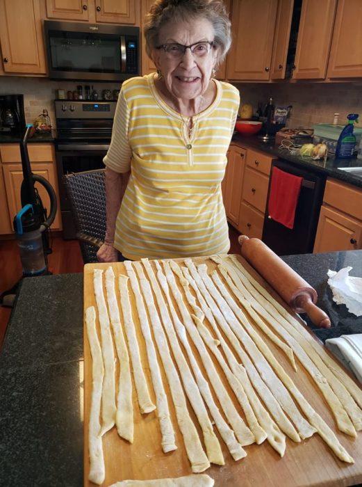 Lucy haciendo noodles caseros