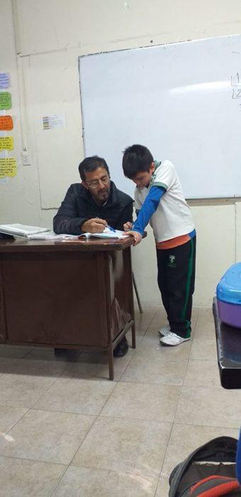 Maestro ayudando a niño hacer la tarea