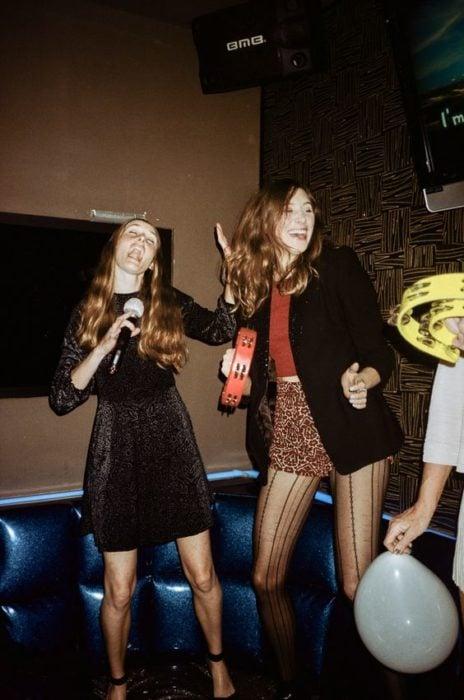 Chicas de fiesta cantando en un karaoke