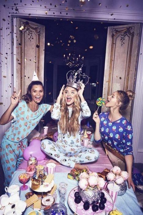 Grupo de amigas en una fiesta en pijamada