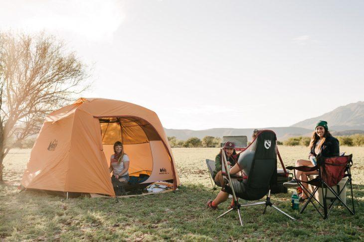 Chicas de fiesta acampando en el bosque