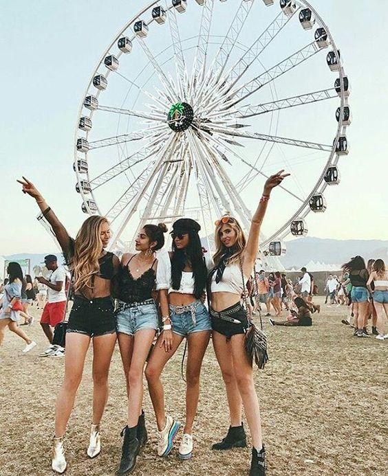 Grupo de amigas en un festival de música