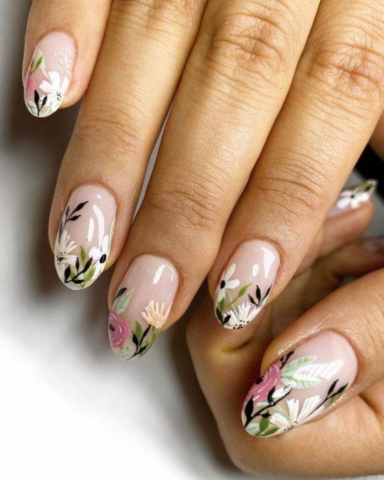 Manicura estilo francés con flores blancas, rosas y amarillas