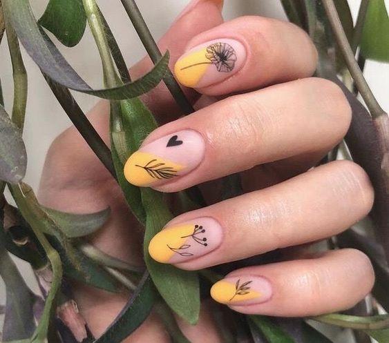 Manicura estilo francés con flores negras y fondo amarillo canario