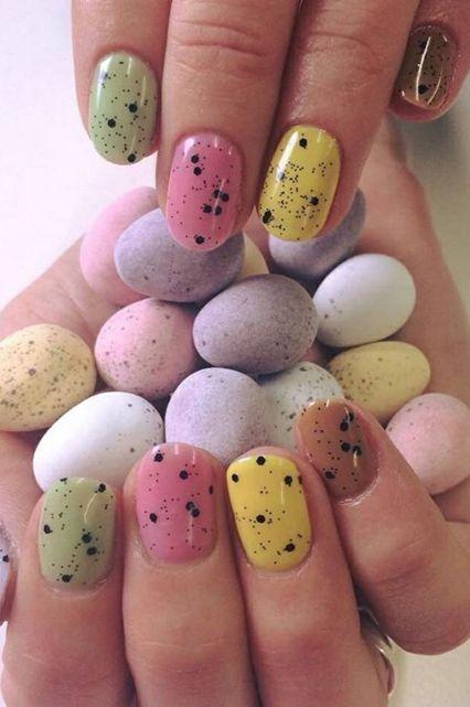 Manicura en tonos primaverales y puntos inspirados en huevos de dinosaurio