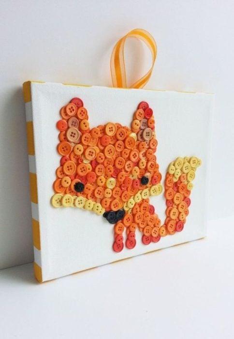 Cuadro de zorro hecho con botones de colores