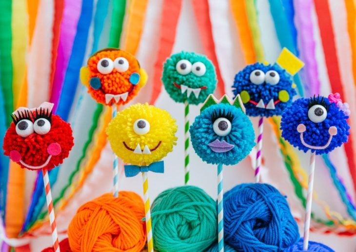 Monstruos minuatura hechos con estambre de colores