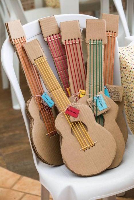 Guitarras hechas de cartón