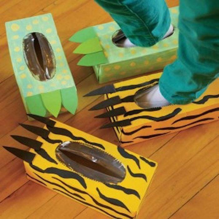Pantuflas hechas con cajas de cartón de colores