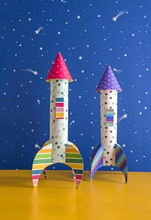 Cohetes de cartoncillos de colore con estampado de estrellas