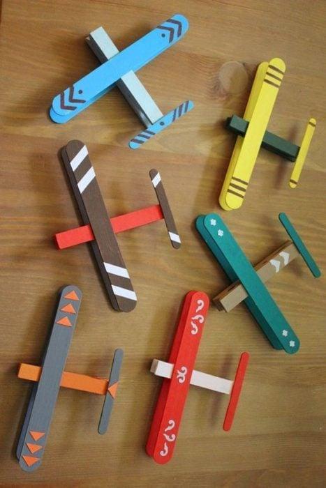 Aviones de colores hechos con tubos de papel cartón