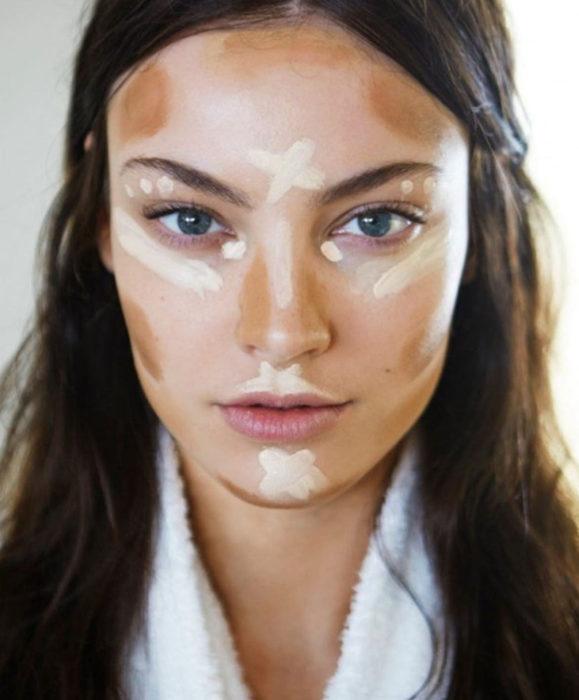 Maquillaje para labios con Labello Scrubs; mujer con corrector en su rostro