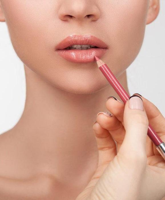 Maquillaje para labios con Labello Scrubs; mujer delineando contorno