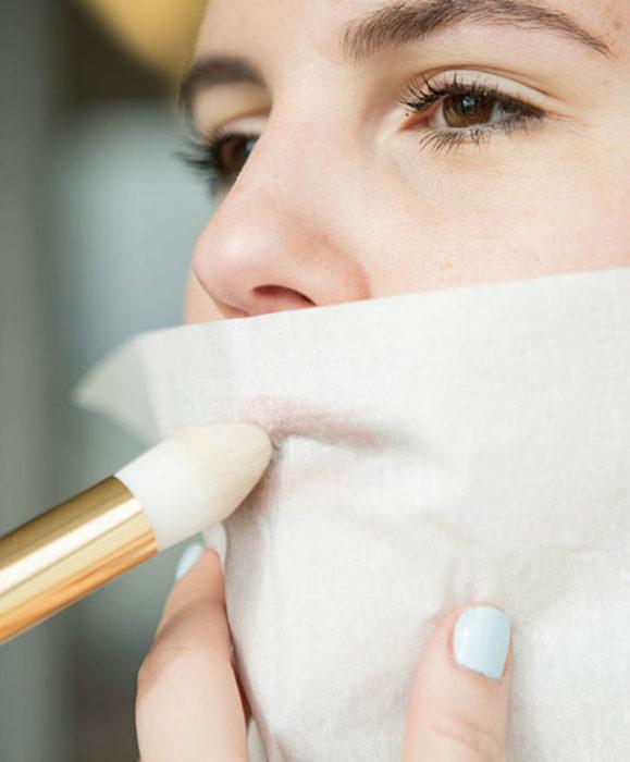 Maquillaje para labios con Labello Scrubs; mujer aplicando polvo traslúcido con papel