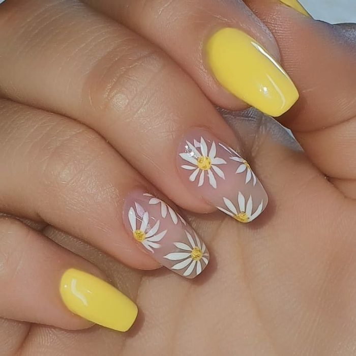 Manicura en color amarillo y margaritas