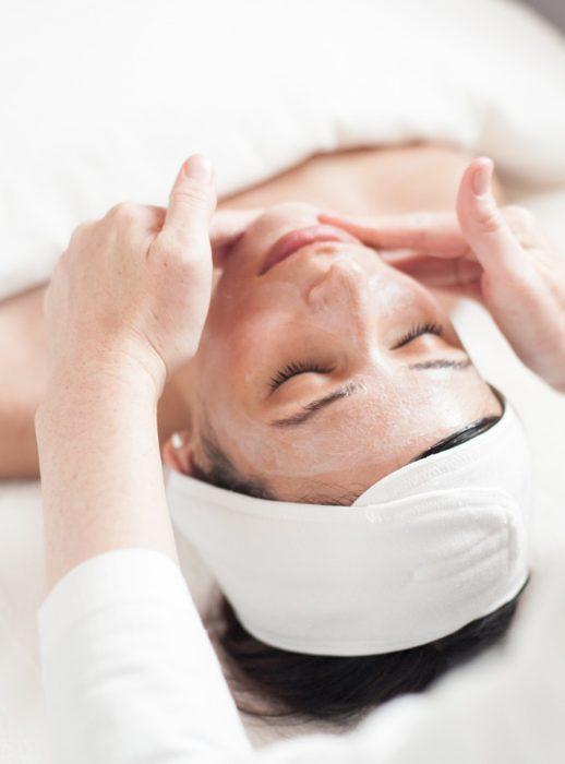 Mujer a la que le realizan masaje facial