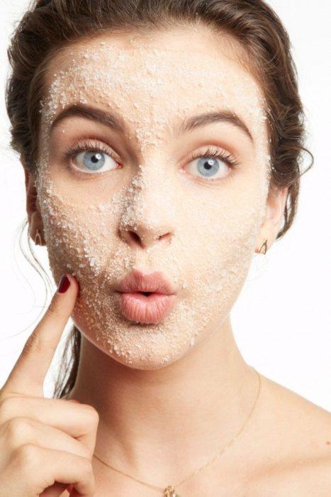 Chica con mascarilla aplicada en su piel